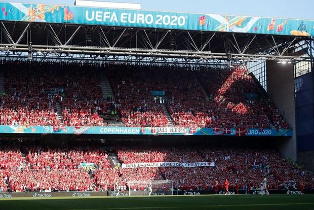 Giữ đúng lời hứa, tuyển Bỉ và Đan Mạch dừng bóng phút thứ 10 để tất cả cùng nhau vỗ tay tri ân Eriksen - Ảnh 2.