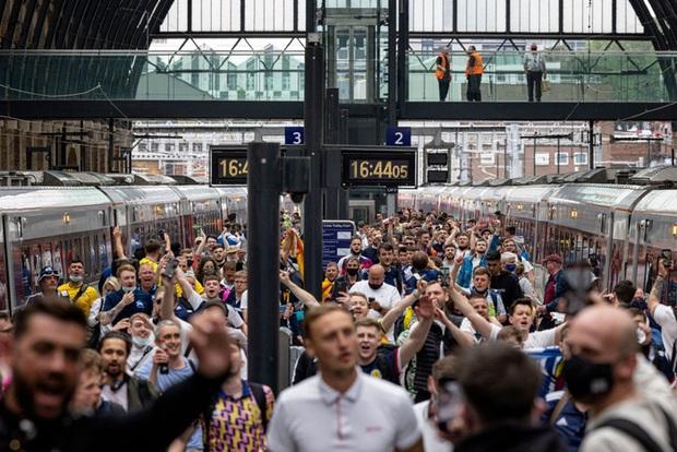 Đại chiến Anh vs Scotland: Fan đội khách quậy phá thủ đô London, làm trò mất vệ sinh, thiếu văn hoá - Ảnh 1.