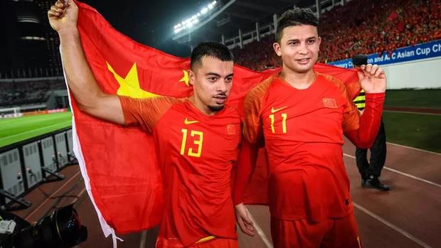 Hài hước sao nhập tịch Trung Quốc: Cả đội ăn mừng vì được thưởng 43 tỷ đồng, một mình ngơ ngác chả hiểu gì - Ảnh 2.