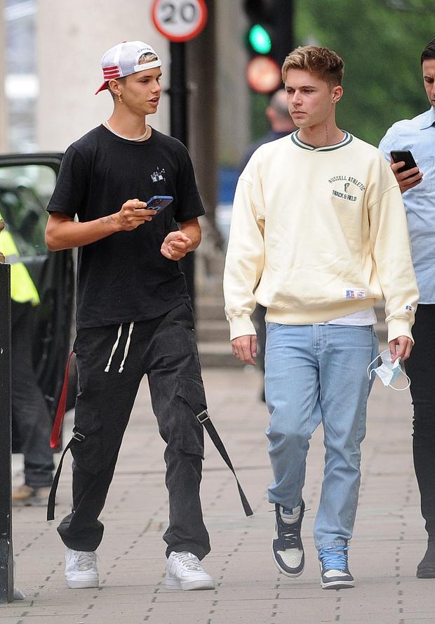 Con trai Beckham xuống phố sương sương với bạn thân ca sĩ, đã đẹp trai lại còn lái siêu xe bóng loáng hơn 2 tỷ dù mới 18 tuổi - Ảnh 4.