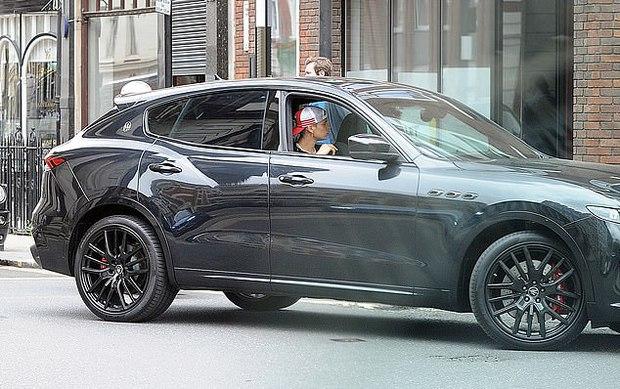 Con trai Beckham xuống phố sương sương với bạn thân ca sĩ, đã đẹp trai lại còn lái siêu xe bóng loáng hơn 2 tỷ dù mới 18 tuổi - Ảnh 6.