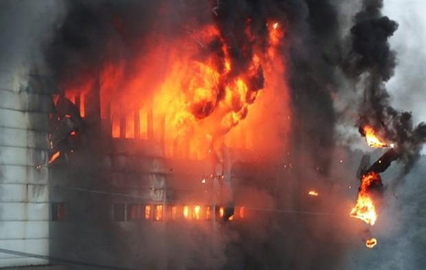 Hàn Quốc: Chưa khống chế được vụ cháy kho hàng sau một ngày bùng phát - Ảnh 1.