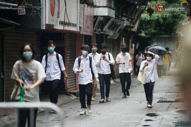 Xuất hiện ca nghi nhiễm cộng đồng, 1 tỉnh hoả tốc cho học sinh lớp 12 tạm dừng đến trường - Ảnh 1.