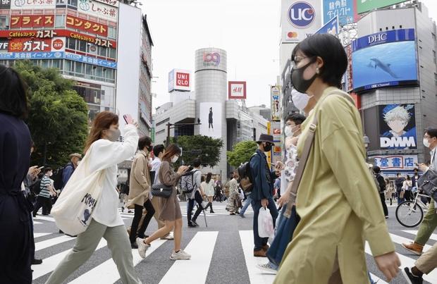 Nhật Bản lo ngại biến thể mới của SARS-CoV-2 sau bãi bỏ tình trạng khẩn cấp - Ảnh 1.