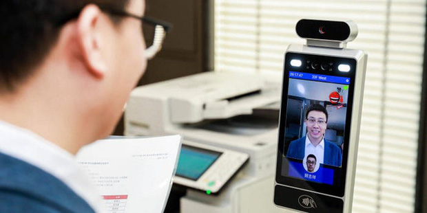 Camera AI cấp độ mới ở Trung Quốc: Nhân viên không cười không được bước vào phòng làm việc - Ảnh 1.