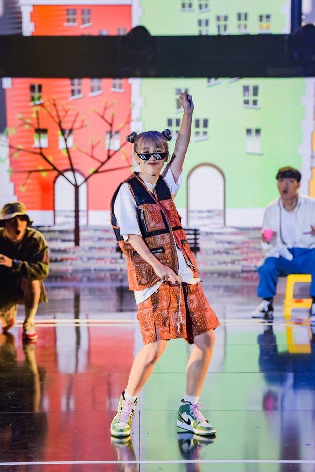 Hậu Hoàng diện kính swag cực bựa thi nhảy, netizen kiểu: Vitamin vui vẻ của show đây rồi! - Ảnh 2.