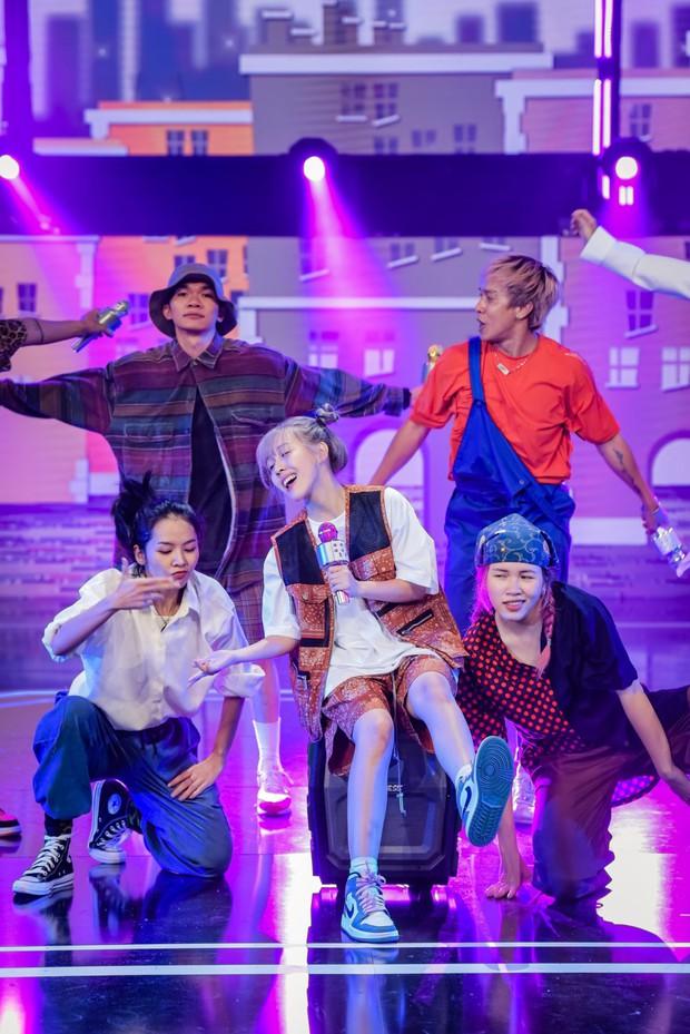 Hậu Hoàng diện kính swag cực bựa thi nhảy, netizen kiểu: Vitamin vui vẻ của show đây rồi! - Ảnh 3.