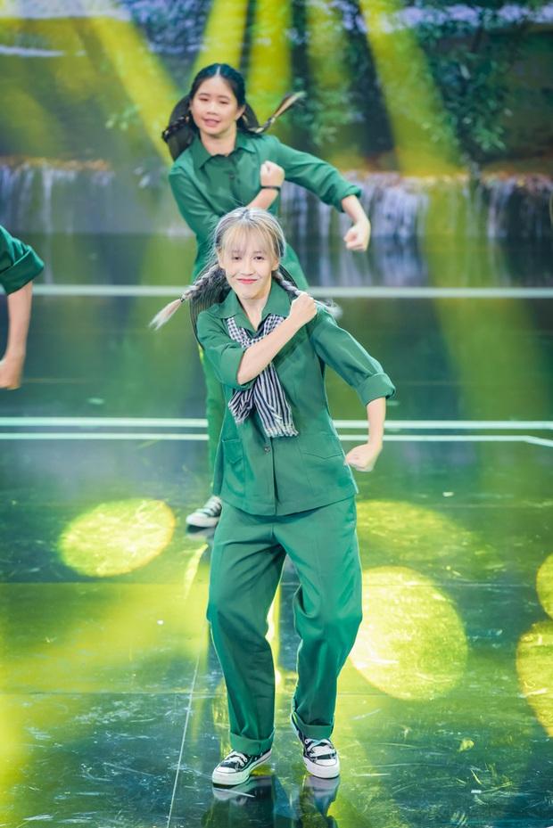 Hậu Hoàng diện kính swag cực bựa thi nhảy, netizen kiểu: Vitamin vui vẻ của show đây rồi! - Ảnh 1.