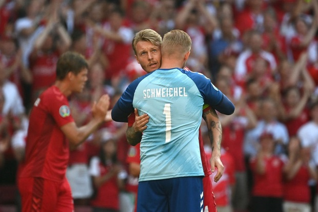 Giữ đúng lời hứa, tuyển Bỉ và Đan Mạch dừng bóng phút thứ 10 để tất cả cùng nhau vỗ tay tri ân Eriksen - Ảnh 3.