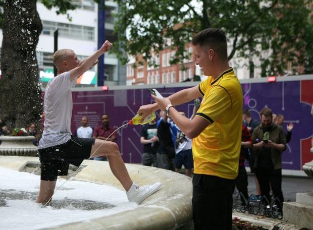 Đại chiến Anh vs Scotland: Fan đội khách quậy phá thủ đô London, làm trò mất vệ sinh, thiếu văn hoá - Ảnh 3.