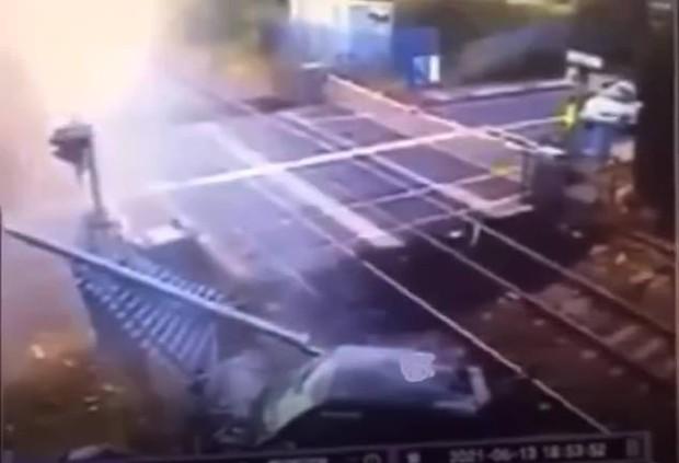 Thót tim cảnh siêu xe lao thẳng vào đoàn tàu đang chạy với tốc độ kinh hoàng 200km/h, lý do đằng sau khiến cảnh sát cũng cạn lời - Ảnh 2.