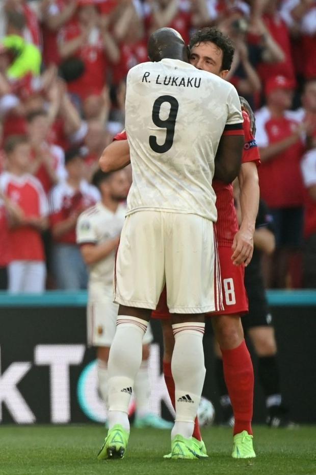 Giữ đúng lời hứa, tuyển Bỉ và Đan Mạch dừng bóng phút thứ 10 để tất cả cùng nhau vỗ tay tri ân Eriksen - Ảnh 6.