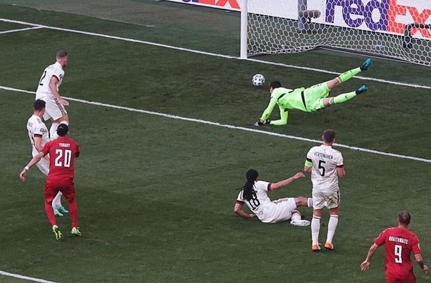 Giữ đúng lời hứa, tuyển Bỉ và Đan Mạch dừng bóng phút thứ 10 để tất cả cùng nhau vỗ tay tri ân Eriksen - Ảnh 8.