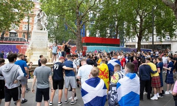 Đại chiến Anh vs Scotland: Fan đội khách quậy phá thủ đô London, làm trò mất vệ sinh, thiếu văn hoá - Ảnh 9.