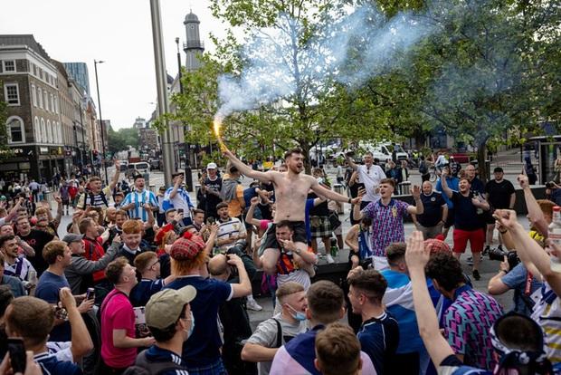 Đại chiến Anh vs Scotland: Fan đội khách quậy phá thủ đô London, làm trò mất vệ sinh, thiếu văn hoá - Ảnh 10.