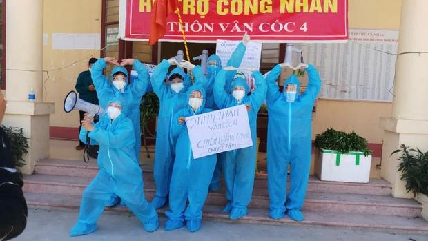Giữa cái nắng 40 độ C ở tâm dịch Bắc Giang, nhóm tình nguyện viên vẫn lạc quan nhảy cổ vũ tinh thần chống dịch - Ảnh 2.