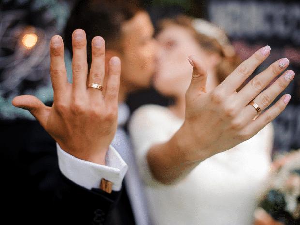 Đi làm đồng vô tình đánh rơi chiếc nhẫn cưới quý giá, 3 năm sau lão nông dân tìm được nó trên một thứ mà không ai ngờ tới - Ảnh 1.