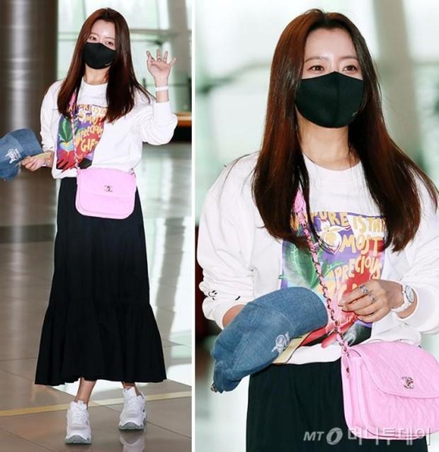 Mỹ nhân tự nhận đẹp hơn Kim Tae Hee ra sân bay, nhan sắc U50 hút hồn nhưng gia tài nửa tỷ nhồi nhét trên người mới choáng - Ảnh 3.