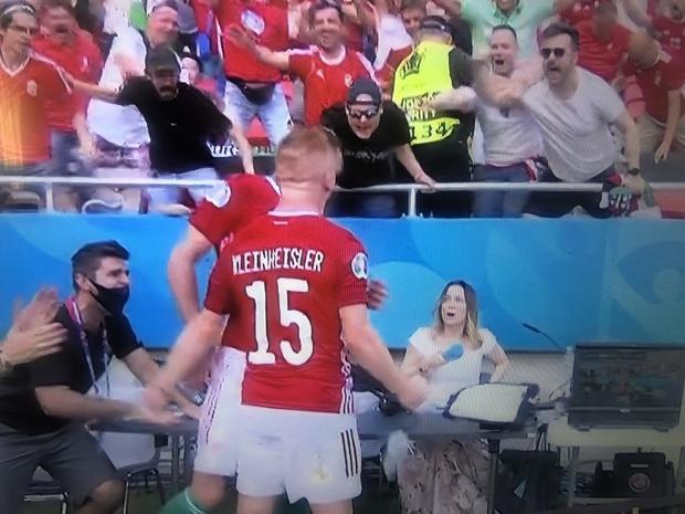 Bất ngờ phá lưới ĐT Pháp, cầu thủ Hungary ăn mừng quá sung khiến nữ phóng viên hết hồn nhưng phản ứng ngay sau đó mới viral khắp cõi mạng - Ảnh 4.
