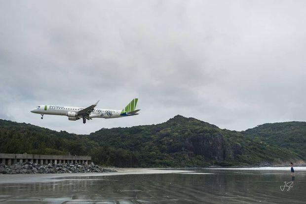 Clip: Việt Nam có 1 đường bay được người nước ngoài nói là đẹp nhất thế giới, hạ cánh ngay sát mặt biển hùng vĩ vô cùng! - Ảnh 7.