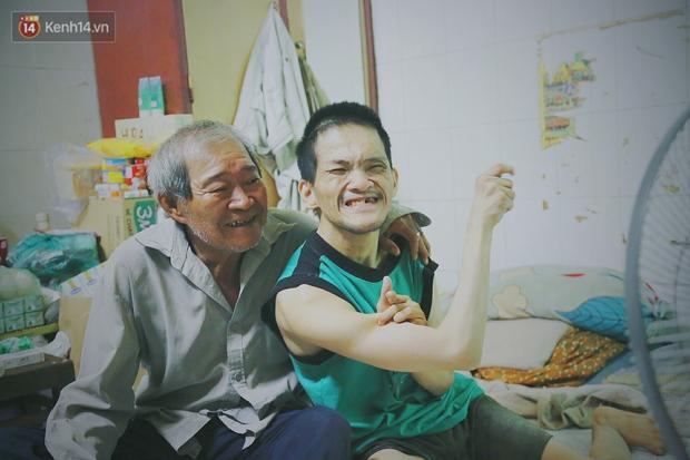 Bất ngờ nổi tiếng cộng đồng mạng, bác xe ôm già và con trai tật nguyền đã có cơm no ngày 3 bữa nhờ lòng tốt của người Sài Gòn - Ảnh 13.