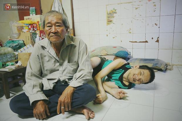 Bất ngờ nổi tiếng cộng đồng mạng, bác xe ôm già và con trai tật nguyền đã có cơm no ngày 3 bữa nhờ lòng tốt của người Sài Gòn - Ảnh 2.