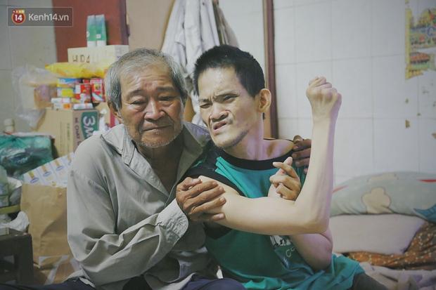 Bất ngờ nổi tiếng cộng đồng mạng, bác xe ôm già và con trai tật nguyền đã có cơm no ngày 3 bữa nhờ lòng tốt của người Sài Gòn - Ảnh 6.