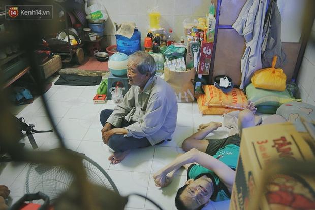 Bất ngờ nổi tiếng cộng đồng mạng, bác xe ôm già và con trai tật nguyền đã có cơm no ngày 3 bữa nhờ lòng tốt của người Sài Gòn - Ảnh 8.