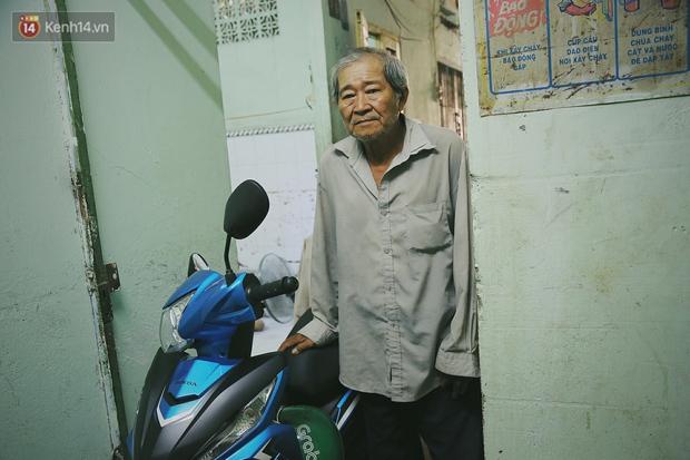 Bất ngờ nổi tiếng cộng đồng mạng, bác xe ôm già và con trai tật nguyền đã có cơm no ngày 3 bữa nhờ lòng tốt của người Sài Gòn - Ảnh 10.