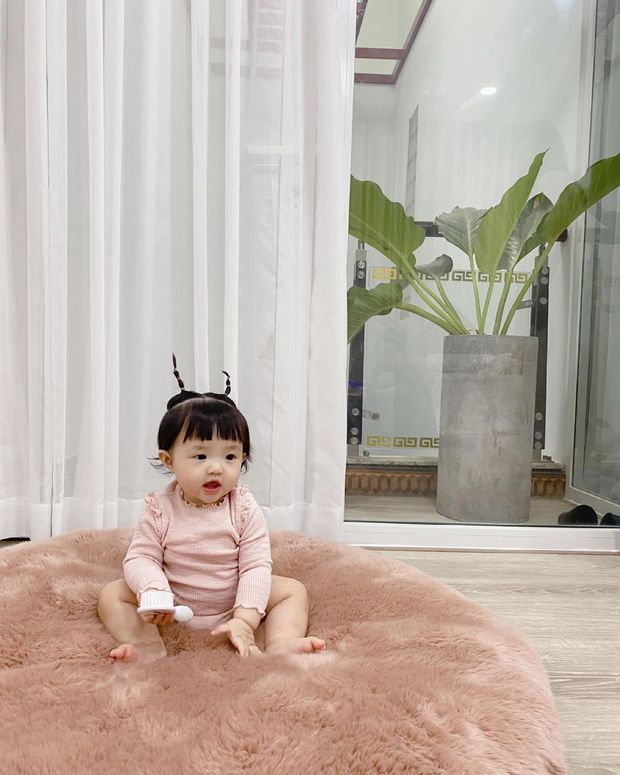 Tiểu bánh bao nhà Đông Nhi để tóc 2 sừng cưng xỉu: Nhìn y chang chú dế mèn phiên bản cute, bảo sao bố mẹ mê làm dáng cho con suốt  - Ảnh 3.