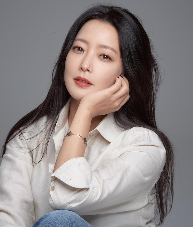 Mỹ nhân tự nhận đẹp hơn Kim Tae Hee ra sân bay, nhan sắc U50 hút hồn nhưng gia tài nửa tỷ nhồi nhét trên người mới choáng - Ảnh 6.