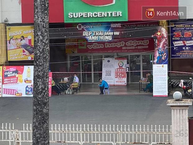 Người dân đang mua sắm thì siêu thị Big C quận 10 bất ngờ phong toả vì một ca dương tính từng đến đây - Ảnh 4.