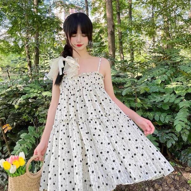 """Giờ sắm váy hai dây hoa nhí là """"chuẩn bài"""" rồi chị em, vừa xinh vừa mát mà giá lại hạt dẻ - Ảnh 11."""