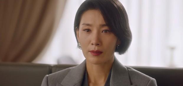 Mợ út Lee Bo Young mất trí nhớ, trùm phản diện Ji Yong chính thức lên bàn thờ ở Mine tập 13 - Ảnh 3.