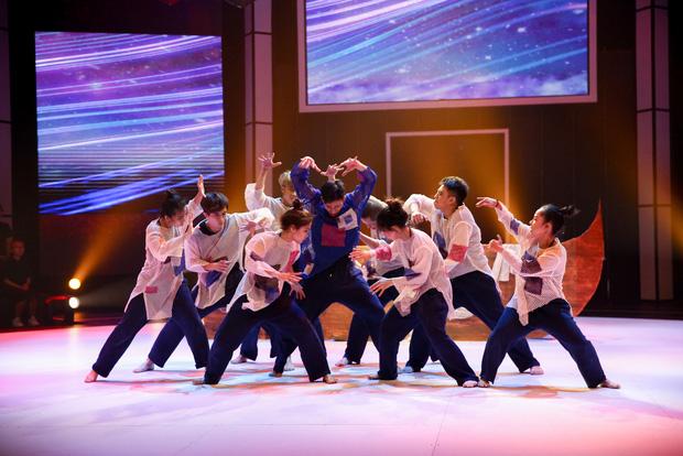 Nhóm nhảy đạt điểm tối đa khi mang tác phẩm văn học từng là nỗi ám ảnh lớp 12 lên sân khấu - Ảnh 2.