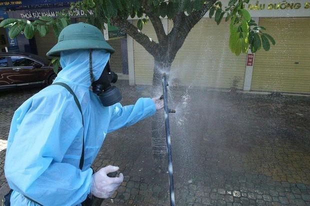 Ảnh: Phun khử khuẩn toàn bộ TP Vinh trong 3 ngày để ngăn ngừa Covid-19 - Ảnh 4.