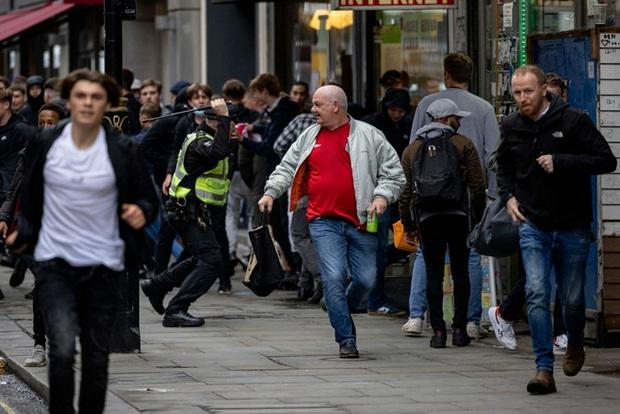 Đại chiến Anh - Scotland: Fan cuồng thiếu ý thức của đội khách tỉ thí với cảnh sát, biến quảng trường ở London thành bãi rác - Ảnh 1.