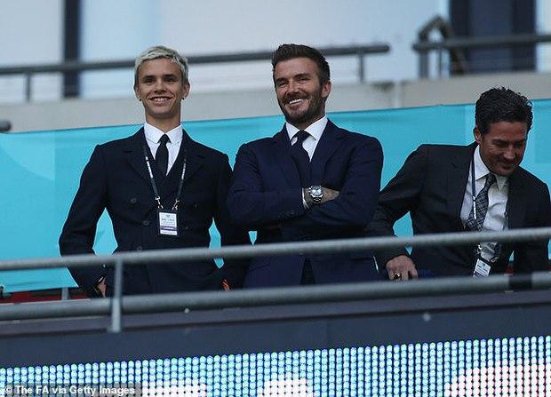 Bố con David Beckham lên đồ suit bảnh bao và nam tính ngời ngời, ai ngờ visual ông bố U50 đè bẹp cả cậu ấm 18 tuổi - Ảnh 2.