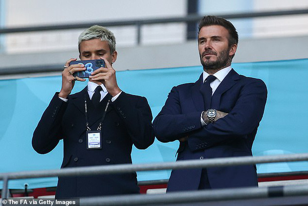 Bố con David Beckham lên đồ suit bảnh bao và nam tính ngời ngời, ai ngờ visual ông bố U50 đè bẹp cả cậu ấm 18 tuổi - Ảnh 3.