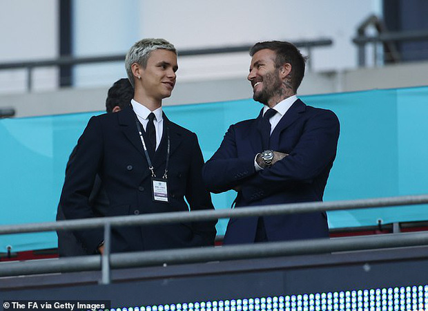 Bố con David Beckham lên đồ suit bảnh bao và nam tính ngời ngời, ai ngờ visual ông bố U50 đè bẹp cả cậu ấm 18 tuổi - Ảnh 4.