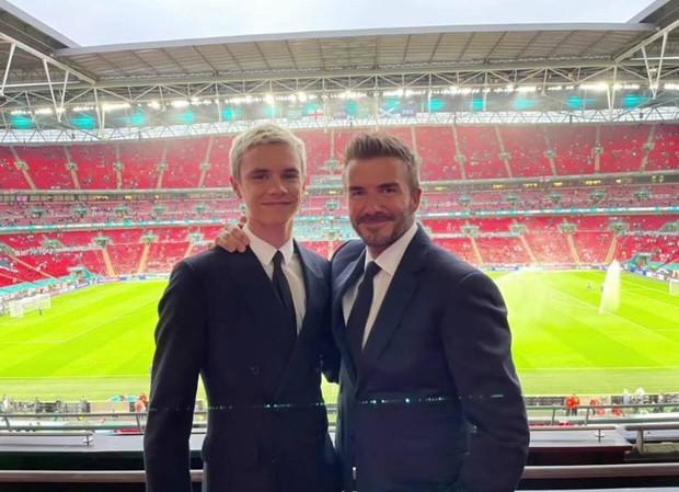 Bố con David Beckham lên đồ suit bảnh bao và nam tính ngời ngời, ai ngờ visual ông bố U50 đè bẹp cả cậu ấm 18 tuổi - Ảnh 5.