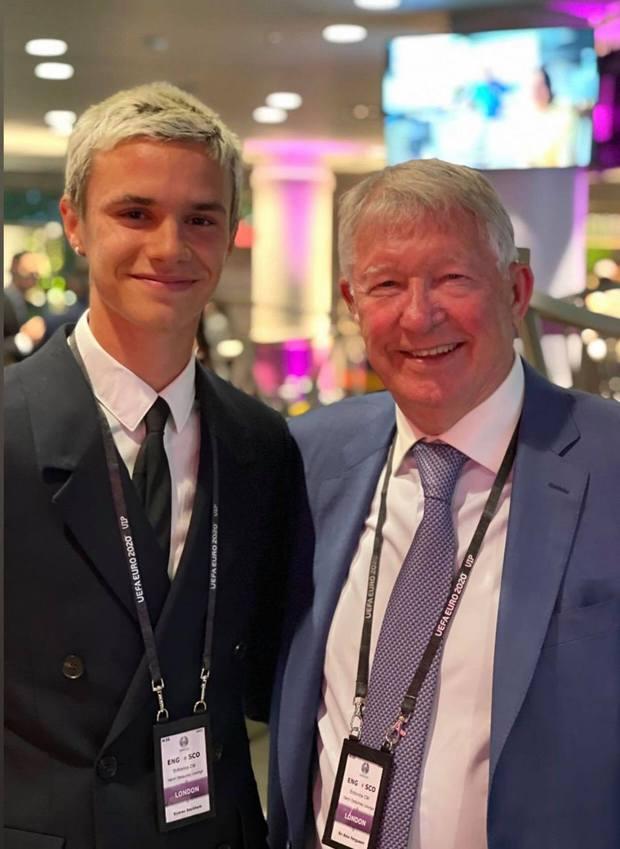 Bố con David Beckham lên đồ suit bảnh bao và nam tính ngời ngời, ai ngờ visual ông bố U50 đè bẹp cả cậu ấm 18 tuổi - Ảnh 6.