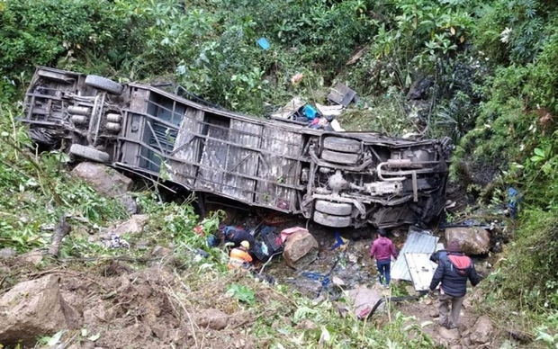 Xe buýt lật và rơi xuống khe núi ở Peru, ít nhất 27 người thiệt mạng - Ảnh 1.