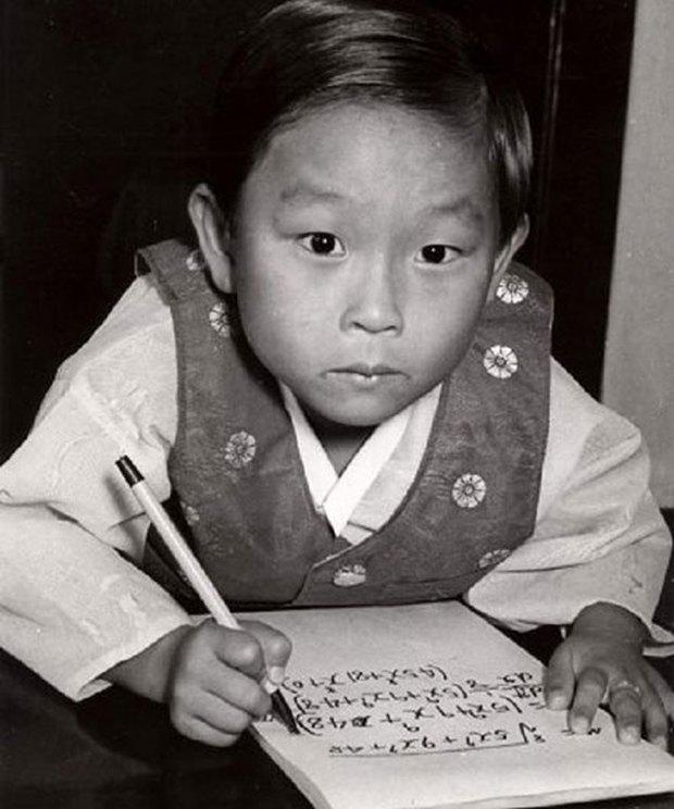 Thiên tài Hàn Quốc có IQ cao nhất thế giới: Làm việc cho NASA năm 8 tuổi nhưng bỏ chốn xa hoa về nước để học lại tiểu học và hạnh phúc với cuộc đời thất bại  - Ảnh 1.