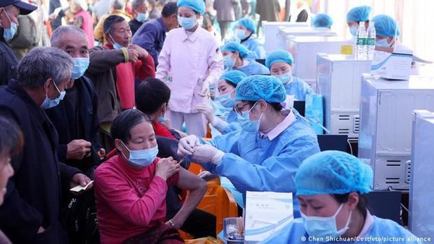 Dẫn đầu thế giới, Trung Quốc sắp tiêm xong 1 tỉ liều vắc-xin - Ảnh 1.