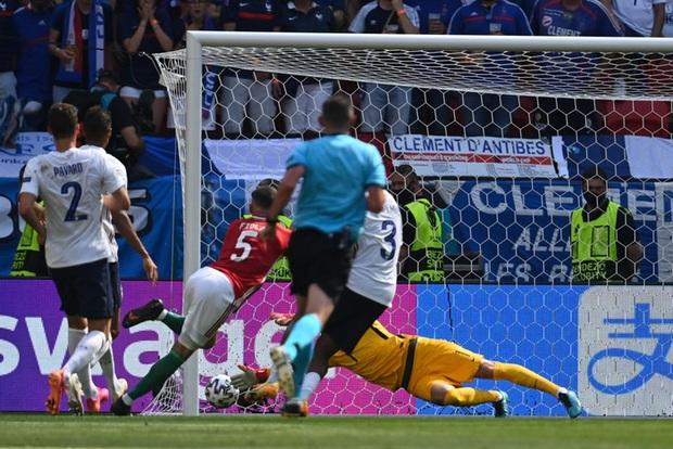 Bất ngờ phá lưới ĐT Pháp, cầu thủ Hungary ăn mừng quá sung khiến nữ phóng viên hết hồn nhưng phản ứng ngay sau đó mới viral khắp cõi mạng - Ảnh 1.
