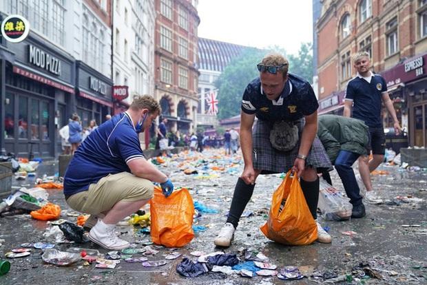 Đại chiến Anh - Scotland: Fan cuồng thiếu ý thức của đội khách tỉ thí với cảnh sát, biến quảng trường ở London thành bãi rác - Ảnh 12.