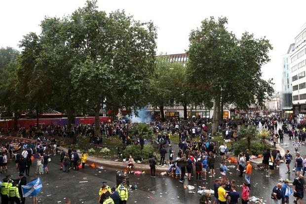 Đại chiến Anh - Scotland: Fan cuồng thiếu ý thức của đội khách tỉ thí với cảnh sát, biến quảng trường ở London thành bãi rác - Ảnh 6.