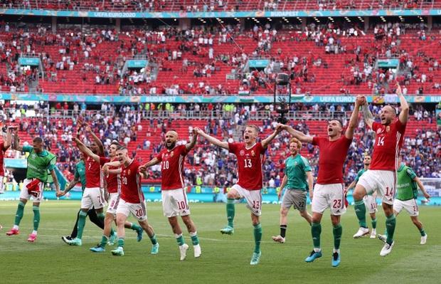 Xúc động khoảnh khắc ĐT Hungary đặt tay lên ngực trái, hát Quốc ca với 5,5 vạn khán giả sau khi kiên cường cầm hòa Pháp - Ảnh 6.