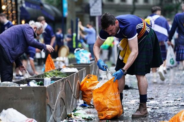 Đại chiến Anh - Scotland: Fan cuồng thiếu ý thức của đội khách tỉ thí với cảnh sát, biến quảng trường ở London thành bãi rác - Ảnh 10.